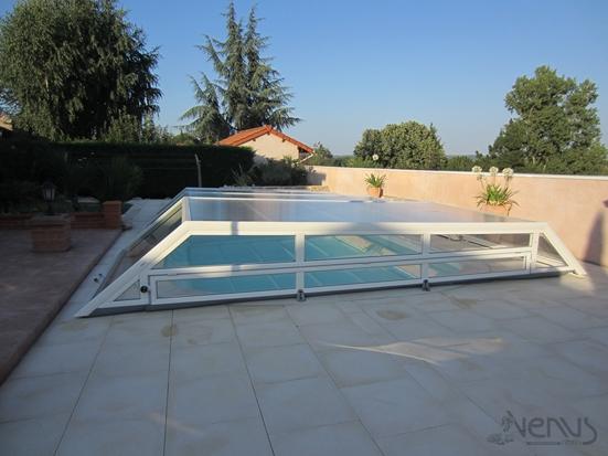 Abri de piscine télescopique plat avec façade relevable