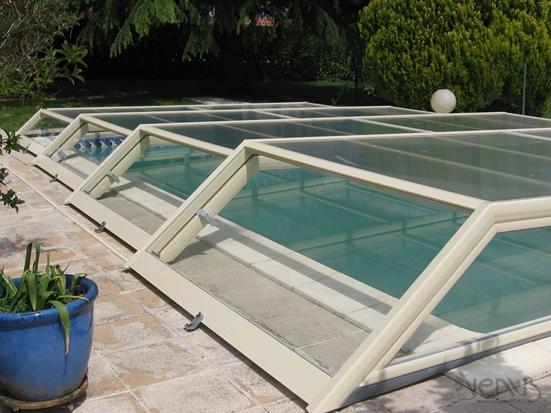 Vue plongeante sur abri piscine plat transparent