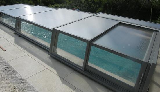 Abri piscine bas dans l'air du temps VENUS