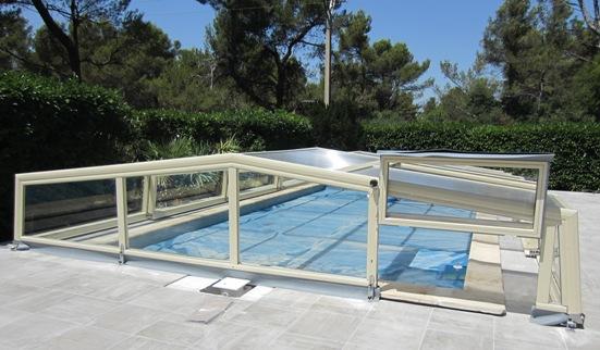 Abri piscine bas ivoire doté d'une fenêtre relevable pour passage échelle