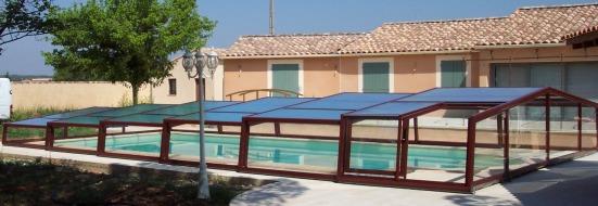 Abri piscine bas marron pour les accros du design