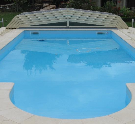 Abri de piscine télescopique bas entièrement replié sur coque Alliance Piscines
