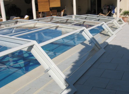 Abri de piscine télescopique bas VENUS transparent entièrement en verre trempé de sécurité