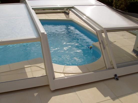 Porte latérale 2 pans ouverte sur abri piscine bas Iris