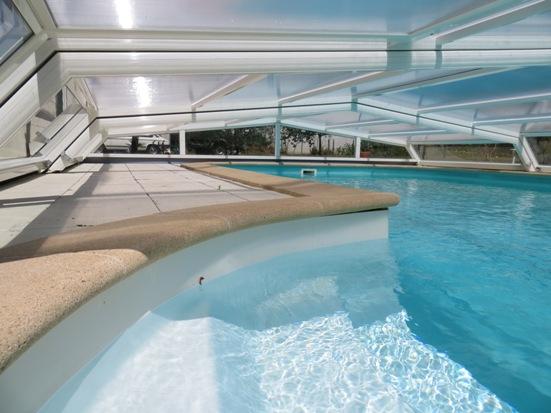 Belle vue intérieure de l'abri piscine bas Iris sur piscine Waterair