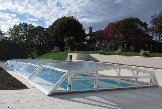 Abri piscine bas Iris avec panneau relevable par VENUS