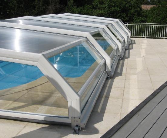 Vue latérale d'abri piscine bas 5 angles à pans coupés blanc