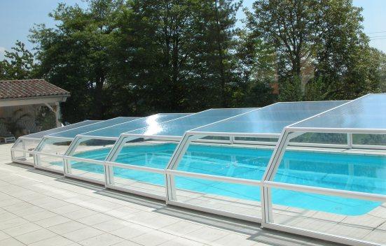 Abri piscine bas 5 angles à pans coupés blanc 9010 en vue latérale