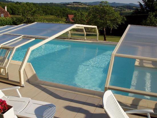 Abri piscine bas 5 angles avantages illustr s abri for Abris piscine uv