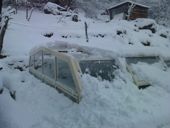 Abri piscine bas sous la neige