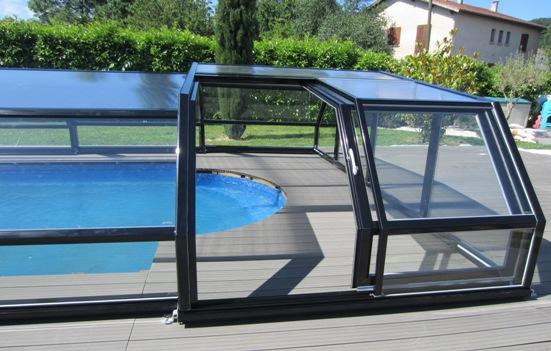 Accès latéral sur abri piscine bas 5 angles à pans coupés noir