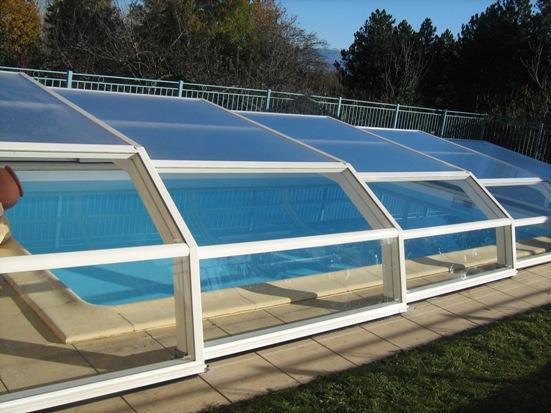 Abri piscine bas 5 angles Ondine à pans coupés Blanc vue extérieure