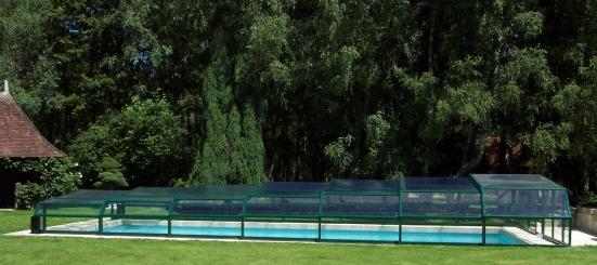 Abri piscine bas 5 angles à pans coupés vert anglais 6005 moteur en vue latérale
