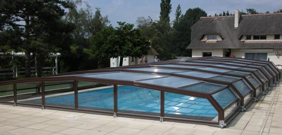 Abri piscine bas 7 angles à pans coupés Blanc vue extérieure : grande portée