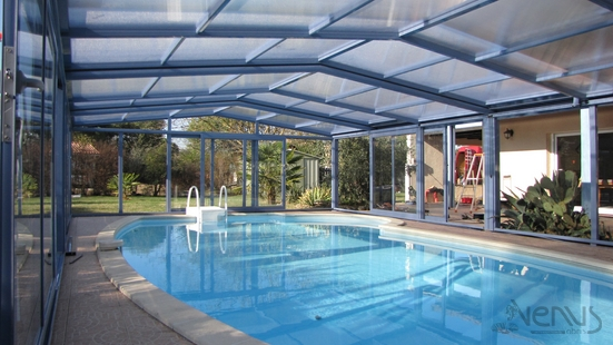 The fixed VISIO pool enclosure shows a Poolside DESJOYAUX model in America