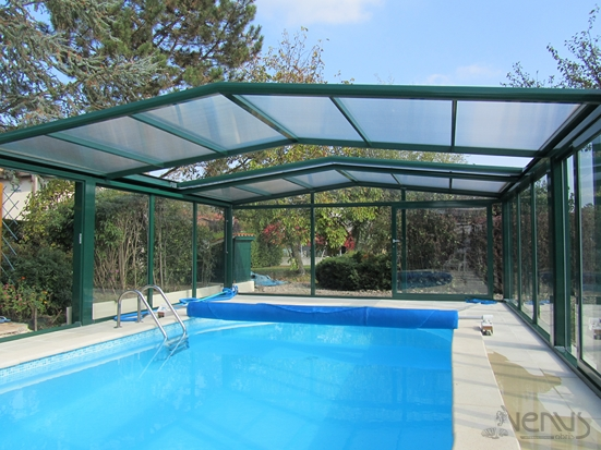 Abri fixed VENUS pool with retractable roof moss green RAL 6005 on stone slabs reconstitée