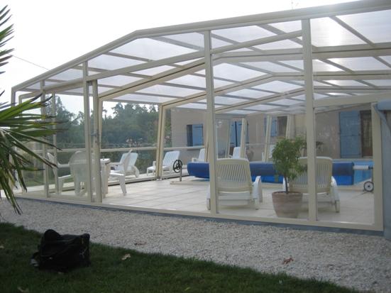 L'abri piscine haut 3 angles est un abri piscine moderne