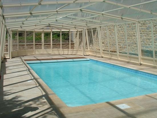 L'abri piscine haut 3 angles est un abri piscine personnalisable à souhait
