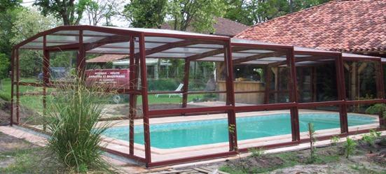 L'abri piscine haut 5 angles olympia s'intègre facilement dans un espace jardin