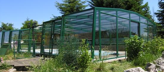L'abri piscine haut 5 angles olympia s'intègre parfaitement dans le jardin