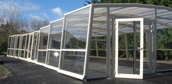 L'abri piscine haut 5 angles olympia  permet de couvrir de grands espaces