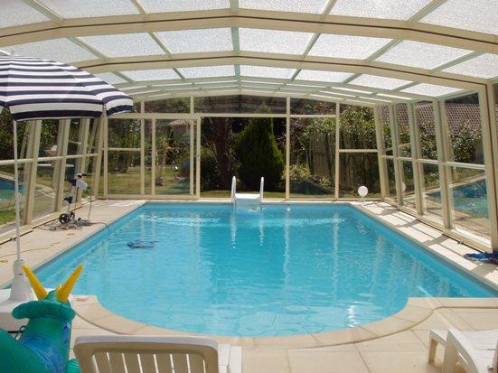 L'abri piscine haut 5 angles olympia ivoire est synonime de vacances