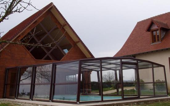 L'abri piscine haut 5 angles olympia prolonge la villa
