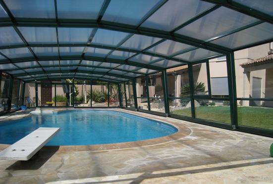 L'abri piscine haut 5 angles olympia  permet de couvrir de grands espaces : le voici présenté en vue intérieure