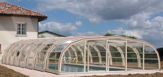 Abri piscine 9A Ondine Ivoire adossé avec enjoliveurs rouges