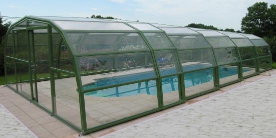 Abri piscine 9A Ondine Vert pastel en vue extérieure