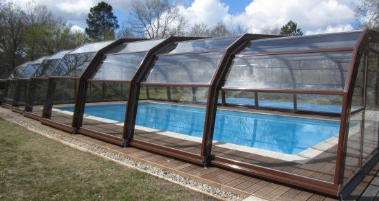 Abri piscine 7A Ondine marron en vue extérieure
