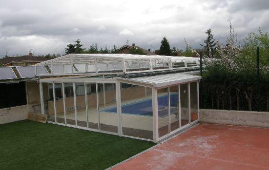 Abri piscine sur mur motorisé blanc